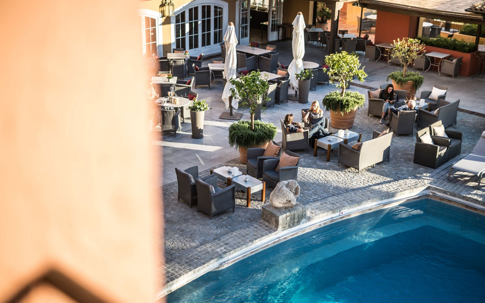 b-restaurant-pool